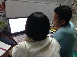 ウェブプログラミングのレッスン風景の写真。