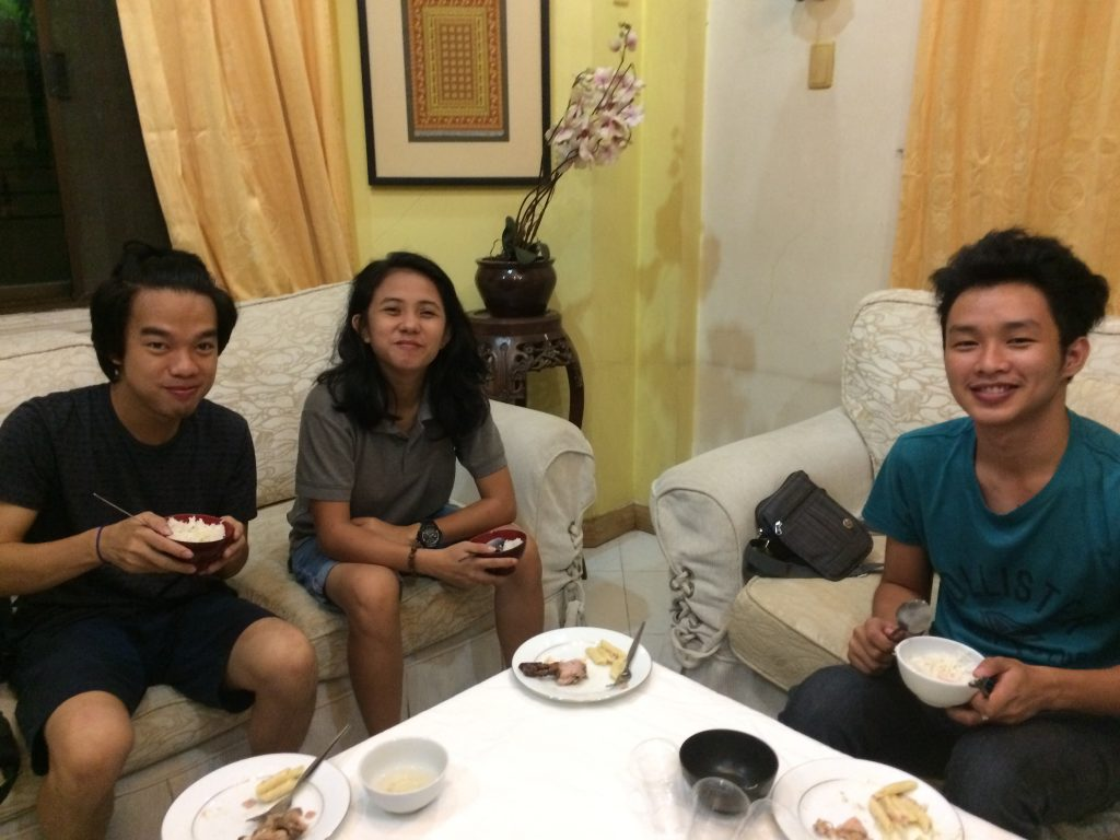夕飯を食べえているフィリピン人スタッフの写真